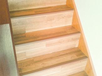 内装リフォーム まるで本物の木でできているような階段