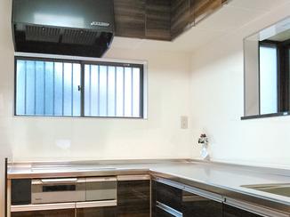 キッチンリフォーム 素材や色にこだわった明るく掃除しやすいキッチン空間