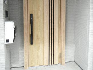 エクステリアリフォーム 操作しやすいオートロック付きの鍵で防犯性が上がった玄関ドア