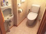 トイレリフォーム大理石調の床が高級感のある、立ち座りしやすいトイレ