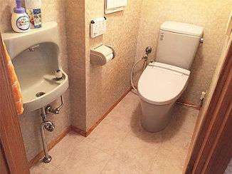 トイレリフォーム 大理石調の床が高級感のある、立ち座りしやすいトイレ