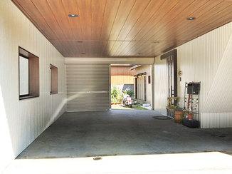 エクステリアリフォーム シャッター軽量化で使いやすくなった、木目調の天井が美しい車庫