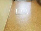 小工事既設と似たコルク調に仕上げた洗面所の床