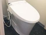 トイレリフォーム床もあわせて一新した、白黒のコントラストがおしゃれなトイレ