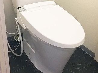 トイレリフォーム 床もあわせて一新した、白黒のコントラストがおしゃれなトイレ