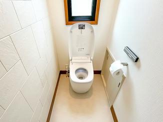 トイレリフォーム すみずみにまでこだわった上質なトイレ空間と、お湯をたっぷり使える給湯器